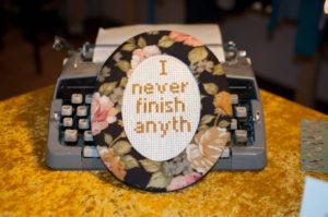 """I never finish anyth"" Stickbild im Rahmen von Oma. Achtung: Momentan ausverk-"